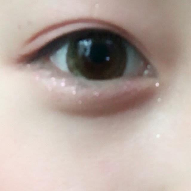 涙袋はBのクリームシャドウを使って下地を作りAのキラキラを塗ります! そのことによりうるうる目になります!