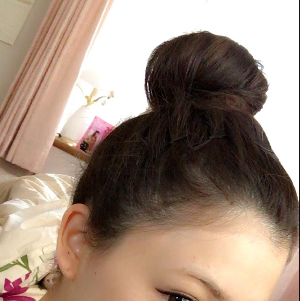 逆毛を立ててクルクルドーナツに巻きつける  前髪と後れ毛とかをピンで留める
