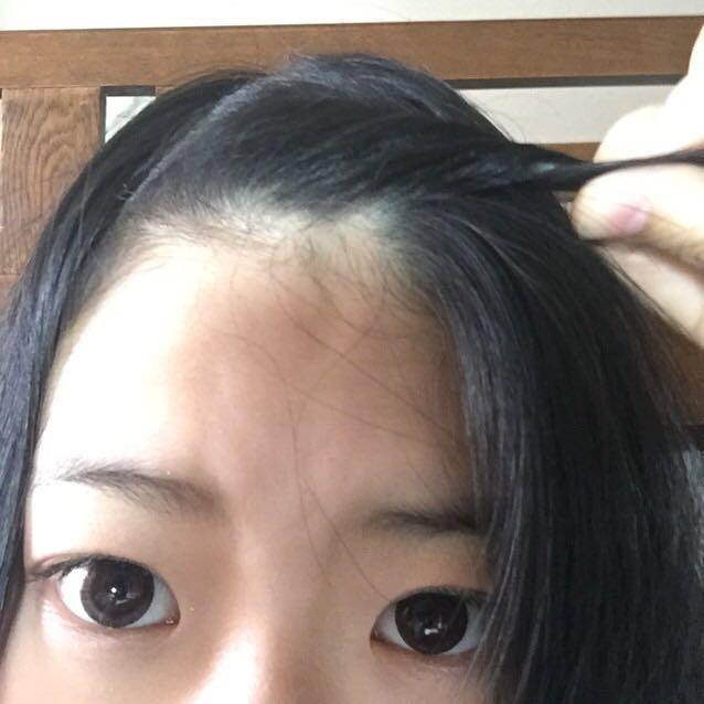 やり方はとても簡単!! まずは前髪をネジネジしていきます。編み込みの時みたいに周りの毛を巻き込みながらねじっていきます!!