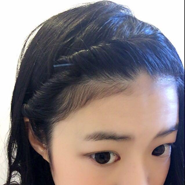 そして、アメピンでとめるだけです!! 前髪が短いとぴょんぴょんアホ毛みたいに出てくるので途中で1回アメピンで固定してあげます(^-^)/ 最終的にねじった毛を耳裏で止めてあげて、巻いた髪を下ろせば完成!!