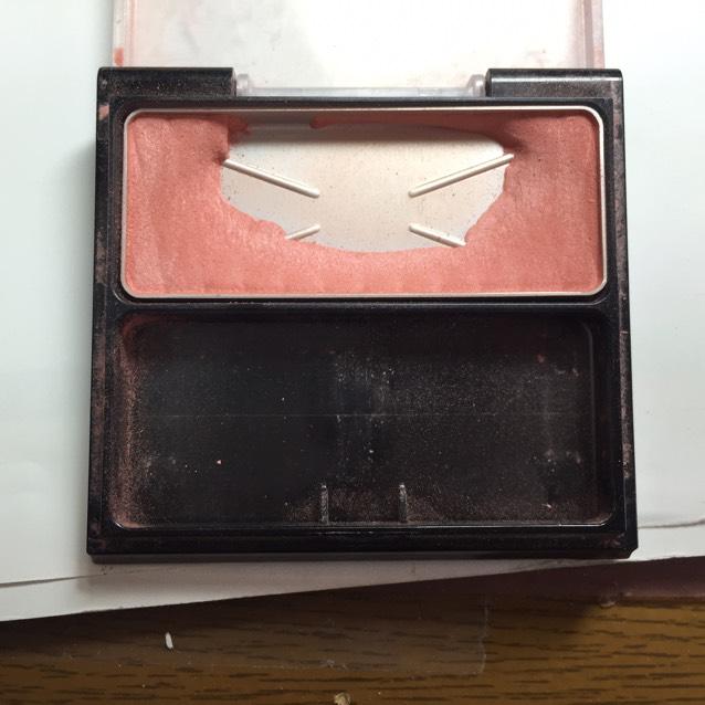 チークはオルビスのローズカラーのチークを使ってつけてるかつけてないかくらい薄めに塗ります