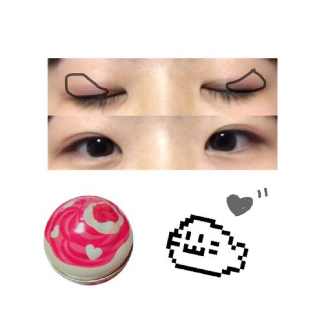【ポイント!】目尻にクリームチークの赤を目頭にかけてグラデーションするように塗ります。目尻は少し濃く。