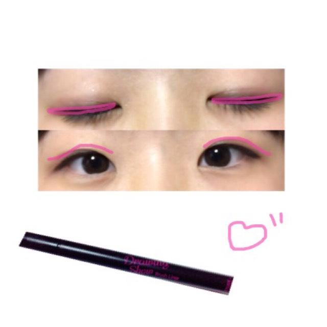 塗ったら、アイライナーで目の粘膜を埋めるように塗り、タレ目になるように下にカーブさせます。