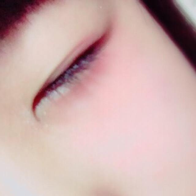 そして、目の下、目尻周りにクリームチークの赤を濃いめに塗ります。