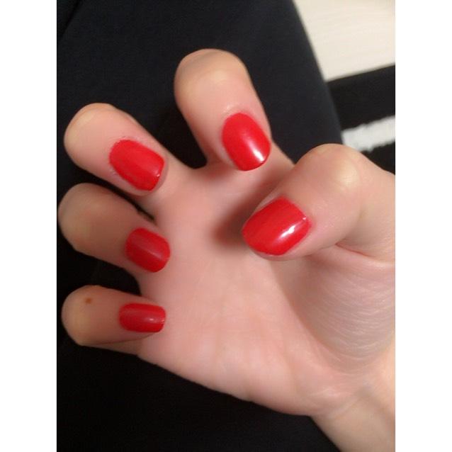 赤のジェルを一色塗りします。 硬化時間:1~2分