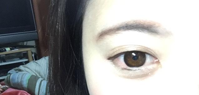 アイライナーは粘膜や睫毛の間にも塗ってます。黒目の上は若干ふとめであとは目に沿って書いてます。目尻は下げて書いてます。黒目の下にも書いてます。