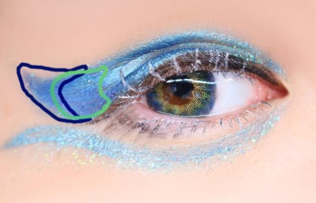 乾いたのを確認したらダイソーの下地を一本一本丁寧に塗る 乾く前にブラシなどで白いシャドーを乗せる 緑に青をグラデになるようにのせ、青に紫をまたグラデになるようにのせる