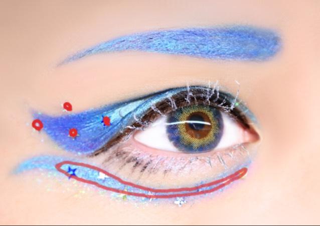 赤部分につけまのりを塗り透明になったら指でストーンをのせていく 眉はまゆペンシルで下書きしたらラッカーでなぞり乾いたら眉頭から濃い青のグラデを作るようにシャドーを入れる