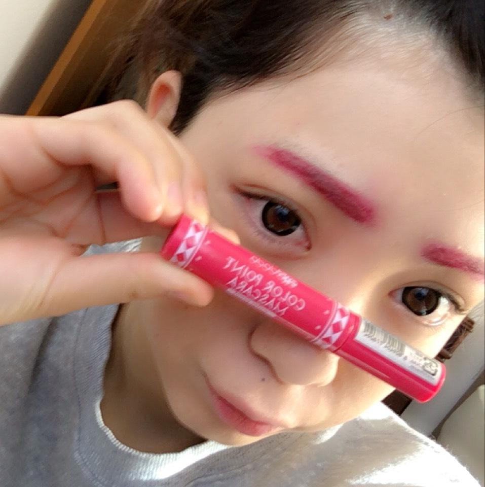 ピンクマスカラで眉毛の毛をピンクに