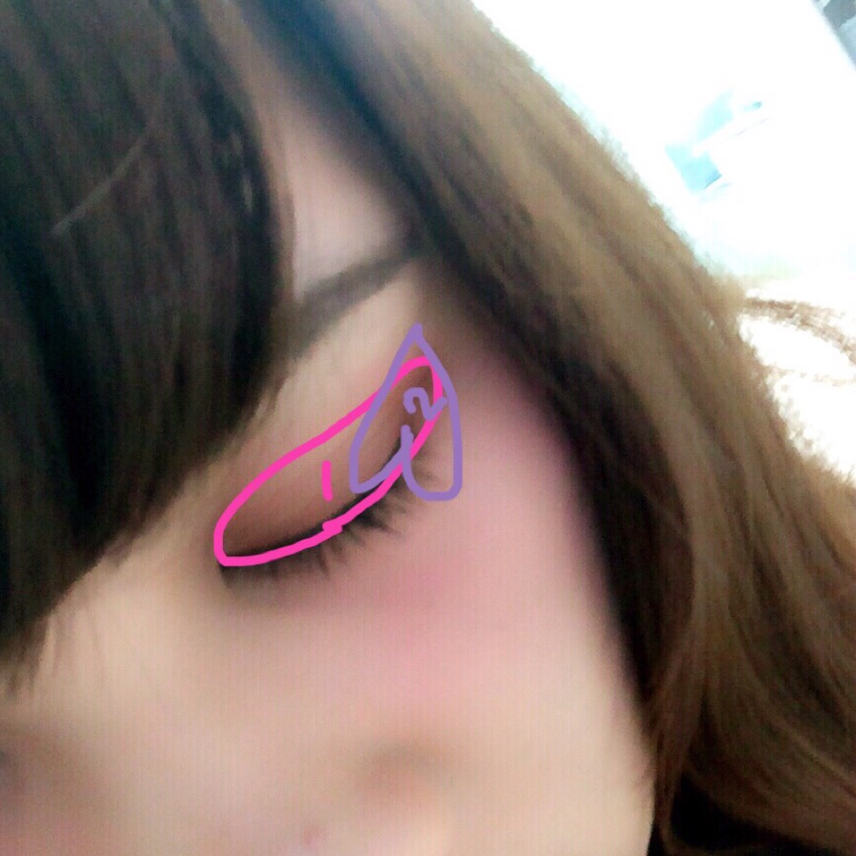 赤のチークを薄くアイホール全体と、下瞼に人差し指と小指で塗ったら、書いてある風にアイシャドーを塗ります(*゚▽゚*)