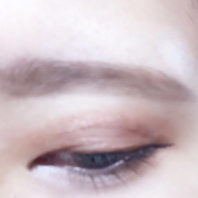 眉毛は並べく太く、平行か少し下がるように描きます。太眉がポイント。