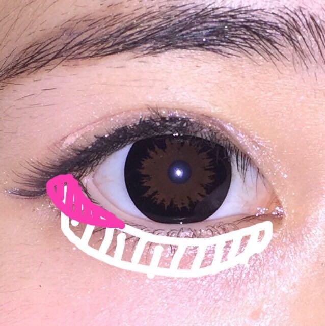 アイラインが引けたら目尻に①のシャドーをいれます。 これをすることにより目がタレている印象を与えることができます。 そしてうさぎメイクの一番大切な涙袋のシャドーは②のピンクシャドーをいれていきます。 そうすると少し潤んだ瞳を作ることができます。
