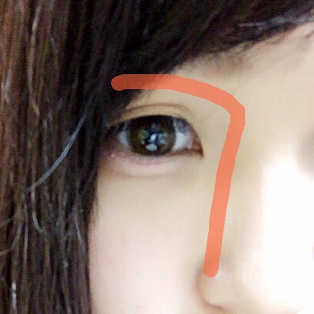 ④ノーズシャドウは瞳の真ん中あたりから鼻筋に沿って塗る