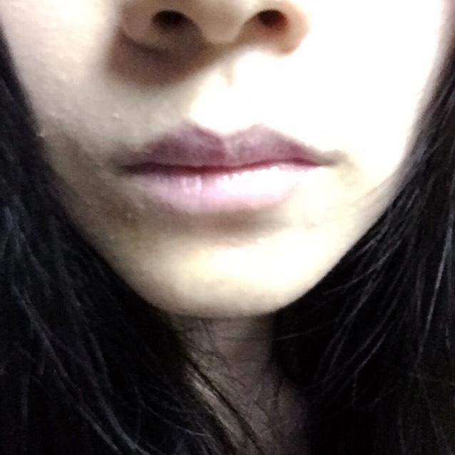 KATEのピンクの口紅を付ける。