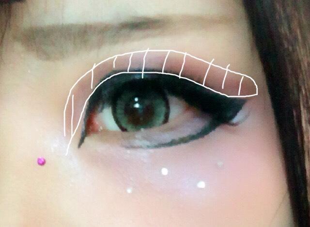 点線のところに暗めのパープルシャドウをのせる(二重を意識して) そしてラインストーンをそばかすイメージでつける