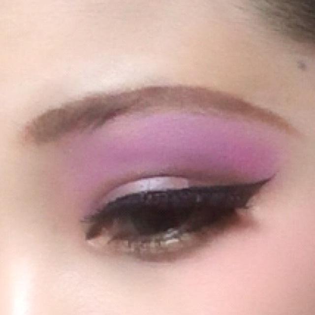 つけまつ毛5枚位重ねて紫のアイシャドウを眉の位置までやる。 したまつ毛はマスカラもりもりで! アイライナーは猫目っぽく引く!