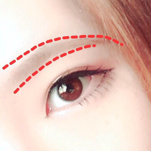 眉毛の形を整えます。 目とまゆの下が平行になるように気を遣います。