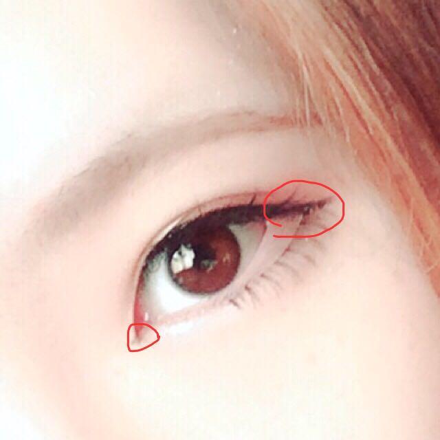 睫毛の間をアイライナーで隙間をなくすように埋めたら、目尻にすっと引きます。 目頭にはちょんっと切開ラインを。