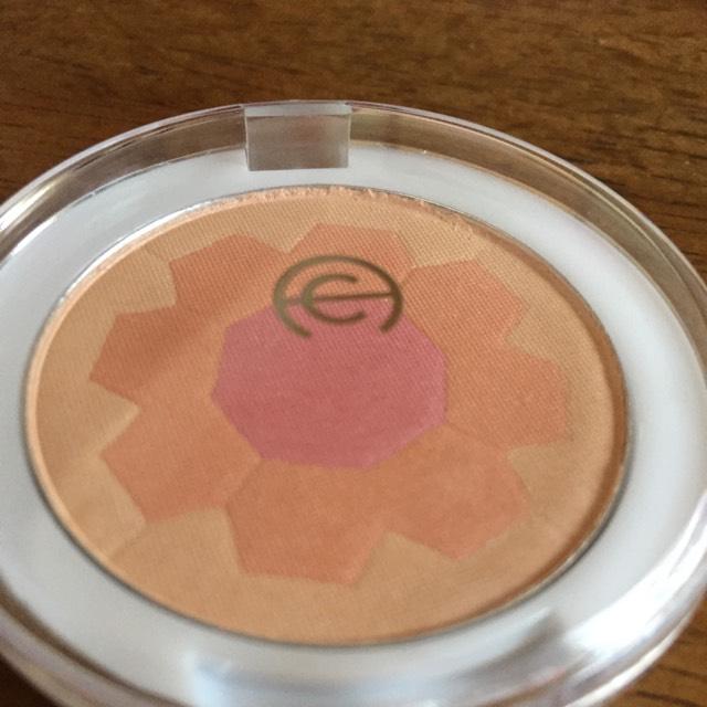 次にチークをブラシでクルクルと取り、ティッシュで余分な粉をはたいてからクルクル塗ります。