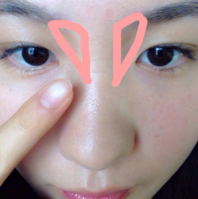 目頭の部分に先ほど使ったビボのパウダーアイブローをのせて指でぼかし、影をつくります。