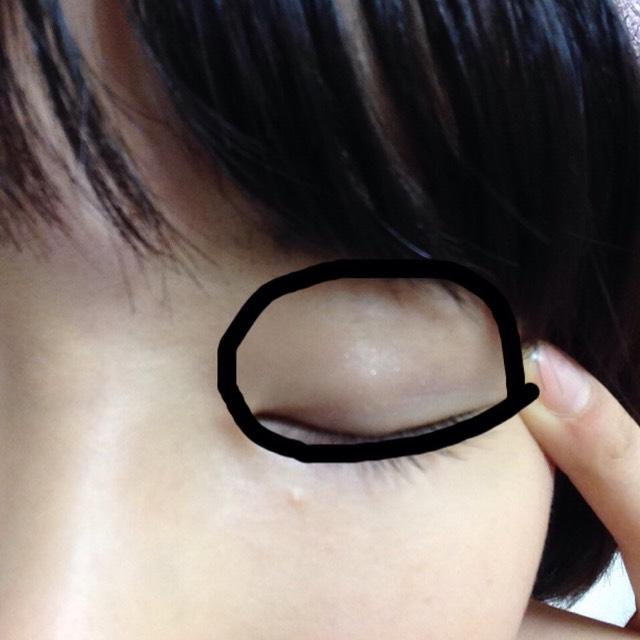 黒枠にヴィセのアイシャドウの1番下、ポイント用のグリッターをグリグリ指で塗るお。