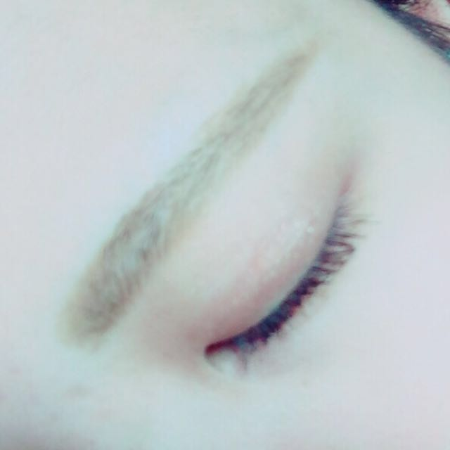 眉毛を薄めの色のペンシルで好みの形に書きます。