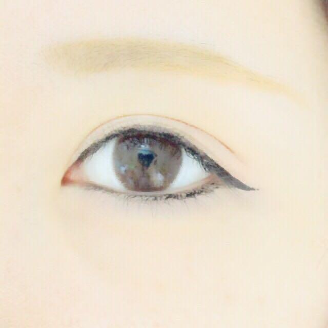 上瞼は、ジェルアイライナーで、目頭から粘膜〜生え際を埋めます。そして、アイライナーを黒目の右端から引き始め、下げ気味で1センチほど伸ばします。  下まぶたは、ジェルアイライナーで目頭から黒目の右端まで粘膜を埋めます。黒目の右端〜目尻は、生え際を埋めます。