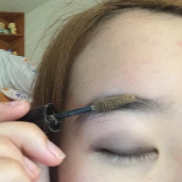 眉マスカラを塗ります