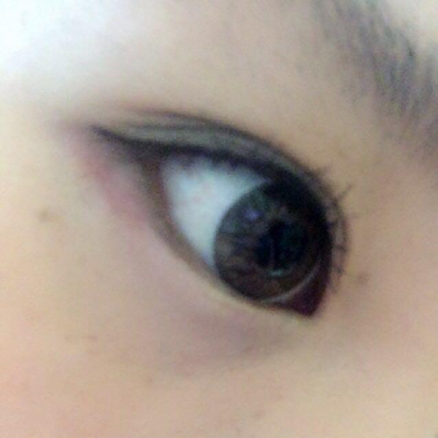 アイラインとマスカラをオン★ アイラインはペンシルで目のキワを埋め、リキッドは目尻のみ使用。目尻から少しはみ出して流すように書きます。 ※下まつげは逆まつげなのでマスカラしません(涙) 7のホワイトピンクを涙袋にいれてアイメイク終了٩( ᐛ )و