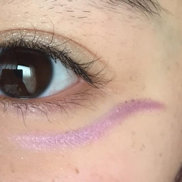 黒目の下から目のカーブに沿ってかいていきます。 紫のグラデーションになるようにかきます。