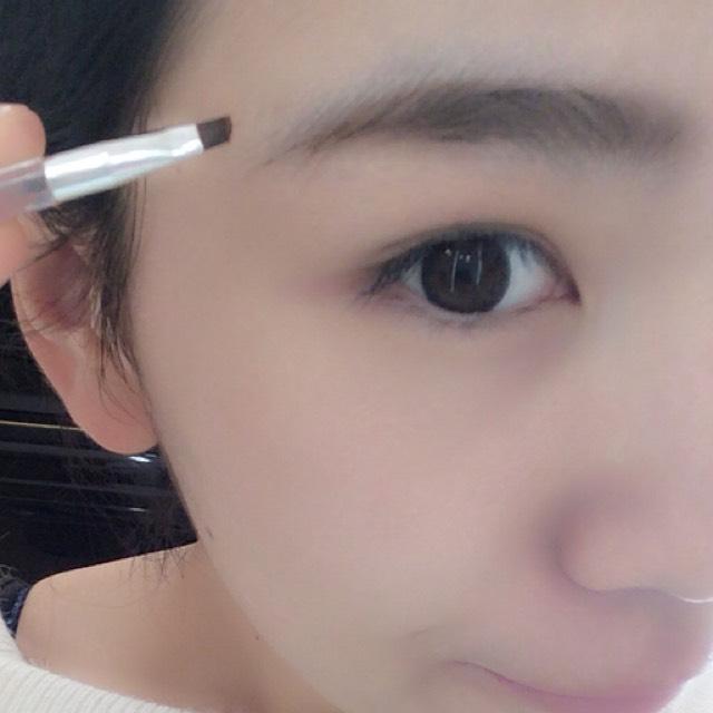 まゆげは眉尻にかけて濃い色を使って描いていきます!