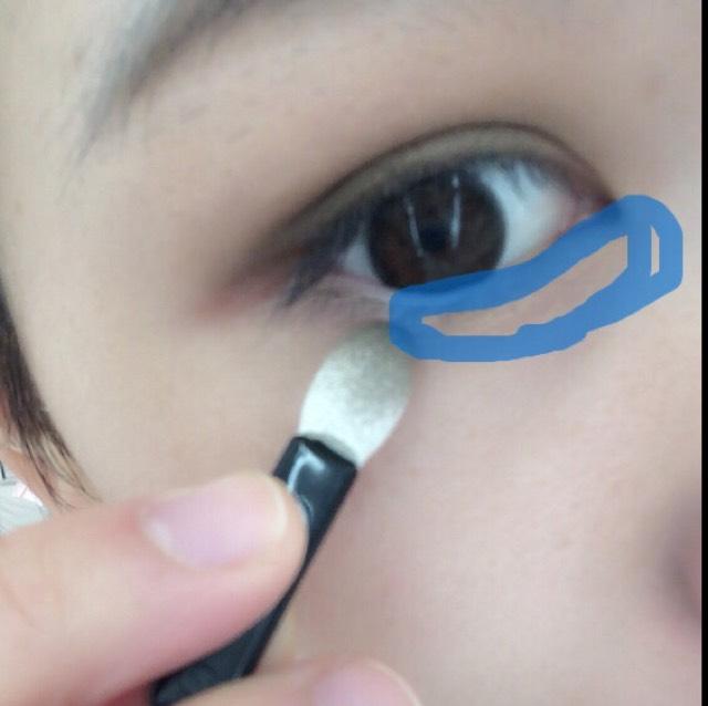 右上の薄ピンクを目頭から黒目の終わりにかけてのせる