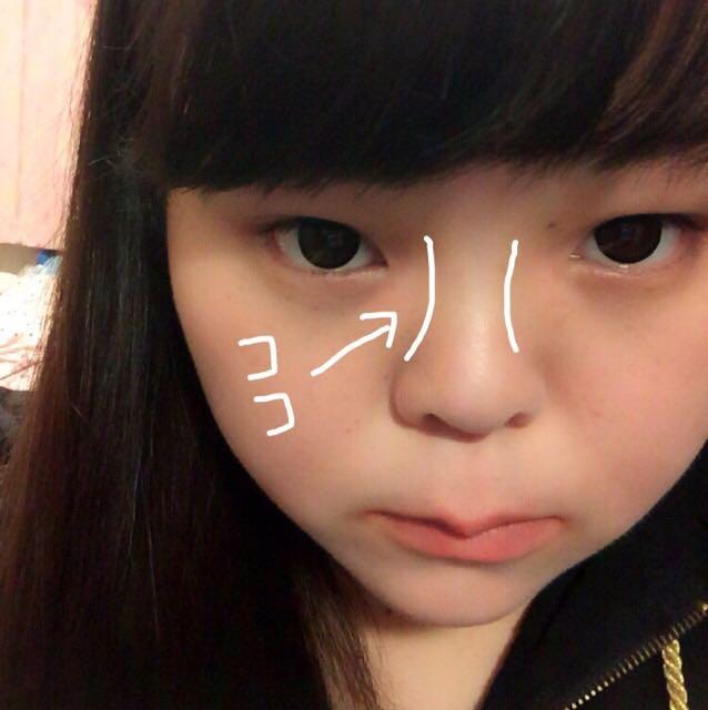 鼻筋が高く見えるようにKATEのスリムクリエイトパウダーを塗っていきます。 鼻筋に白い方を塗り、目の横辺りから下にむけて茶色いパウダーを塗っていきます。