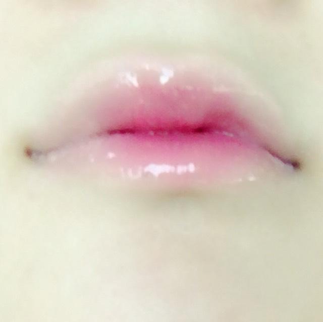 リップは、コンシーラーで色を消した後、赤の口紅で中心にぼかしながら塗って最後に少し色がつくリップを塗ります。