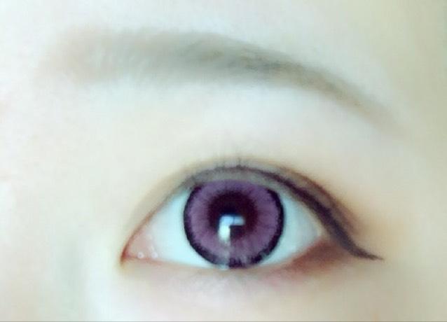 ②のマットな濃い茶色で下まぶたの目尻側を塗ります。