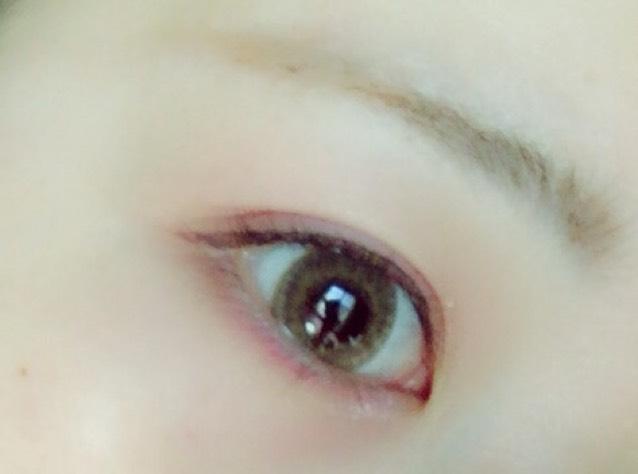 ④のマットな濃い茶色を薄く下まぶたの目尻側に塗ります。⑤のラメ入りのピンクを下まぶたの目頭側に塗ります。