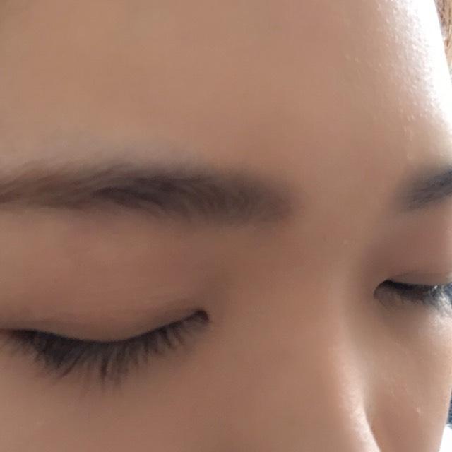 眉毛は並行にパウダーでササッと書きます。 眉毛が少し離れている人は気持ち近めに書きます。近づけることでキリッと元気な印象になります!