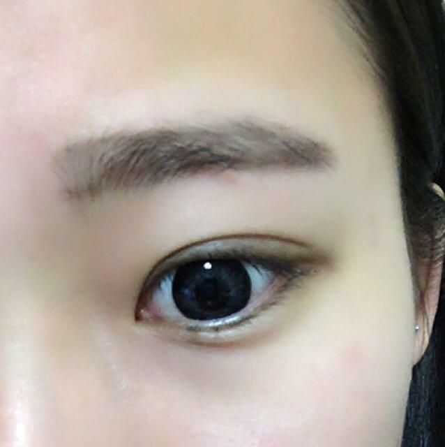 1、眉の上側のラインを眉尻まで書きます。 眉尻は少し下げ気味にすると、眉全体を見た時に平行眉に見えやすいですよ(*^_^*)  2、眉の下側のラインを眉尻へと繋げます。