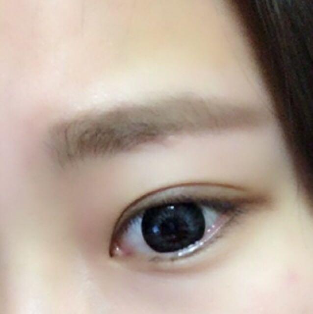 3、眉毛の形を書き終ったら、内側をパウダーで埋めます。  眉頭は、最後に余ったパウダーでぼかす程度で、強調され過ぎず丁度良くなります✡