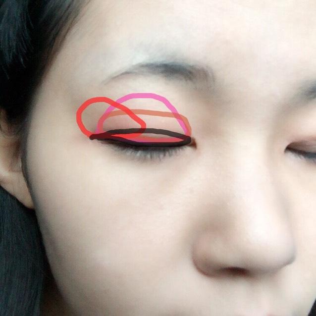 目は薄いピンクをアイホールに、赤茶色を2重より広めに黒めの茶色を二重幅に、赤色を目尻側にのせます