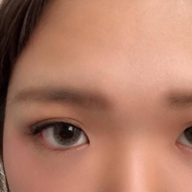 眉毛は並行にパウダーでふわふわにしました。眉マスカラも塗って、色素薄めで!気持ち困り眉めで
