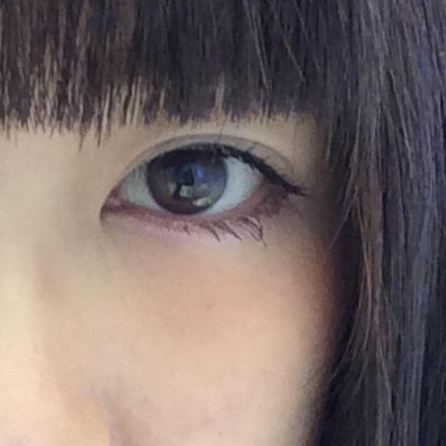 画像のように目の下目尻から1/3までブラウンを、目頭から2/3までピンクのシャドウをのせ、まぶたには目の際からどんどん濃いめ→薄めにシャドウをのせてください。
