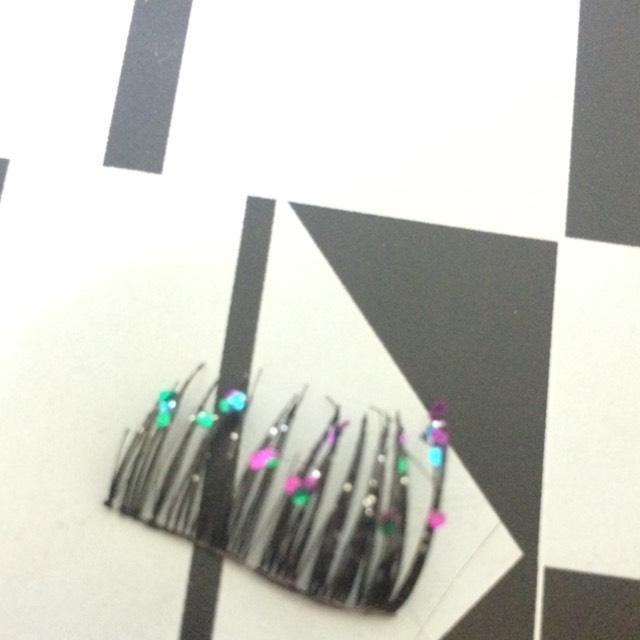 つけまつげを3分の2に切って大粒のラメマニキュアを毛先に塗ります。
