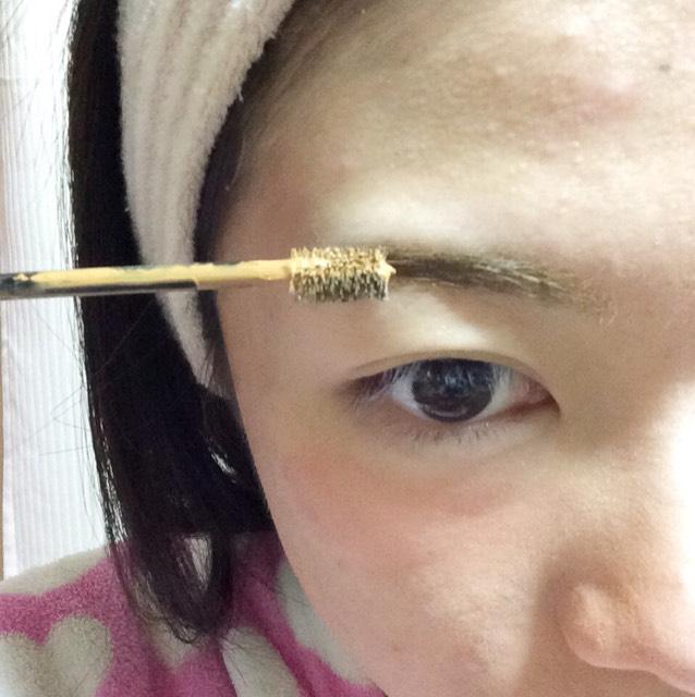 眉マスカラを毛流れに沿って塗ります。