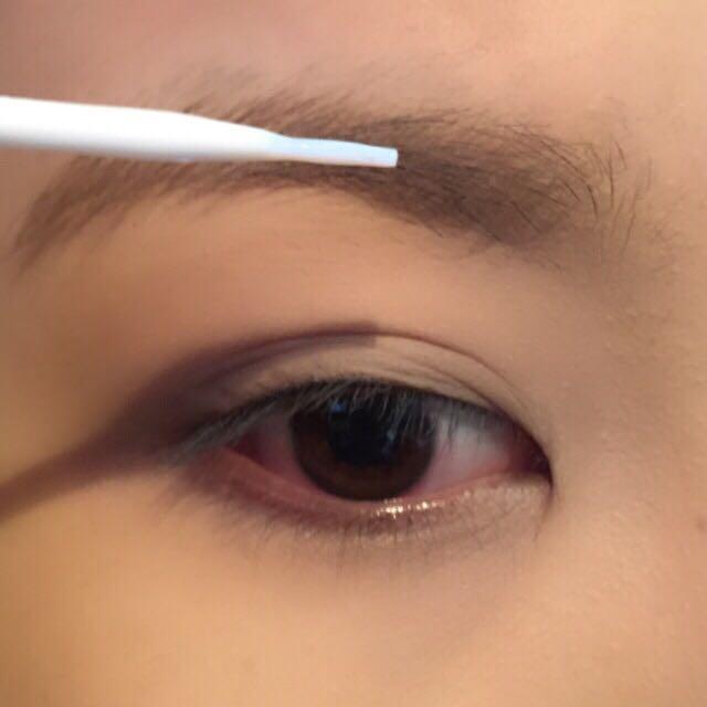まず眉毛を消していきます。 つけまののりを眉毛全体に塗ります。