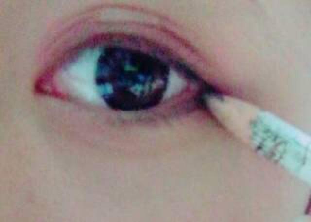 さらにタレ目になるように、目の下にこんなふうに書いてください。