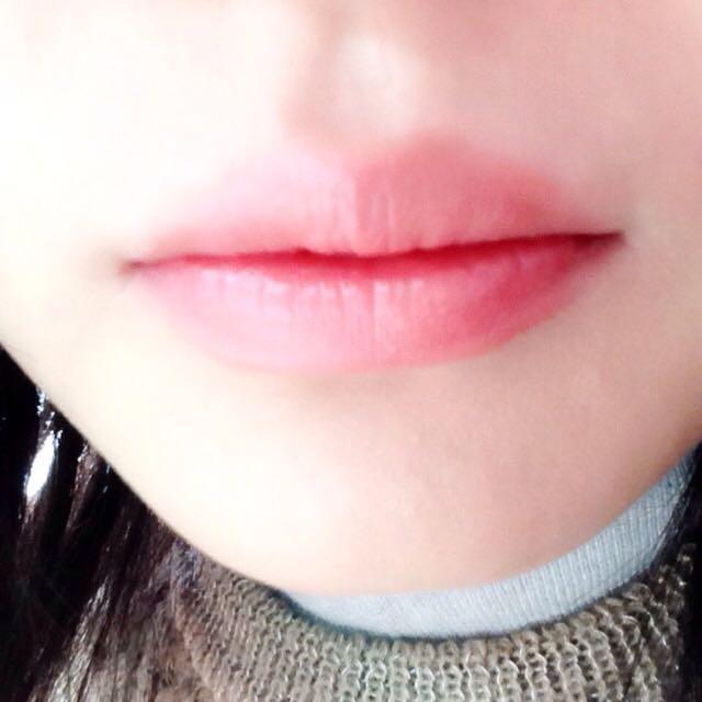 薬用リップで保湿した唇にファシオの口紅を塗ります。