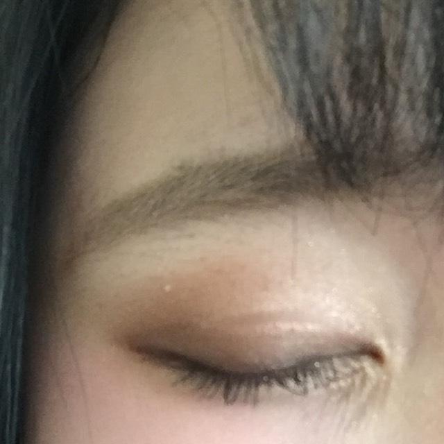 二重幅に濃いめの色を入れて二重幅に入れた色よりは薄いカラーを目尻から目のくぼみくぼみの幅でいれる目頭からはホワイトに近いカラーをいれてグラデーションをつくる