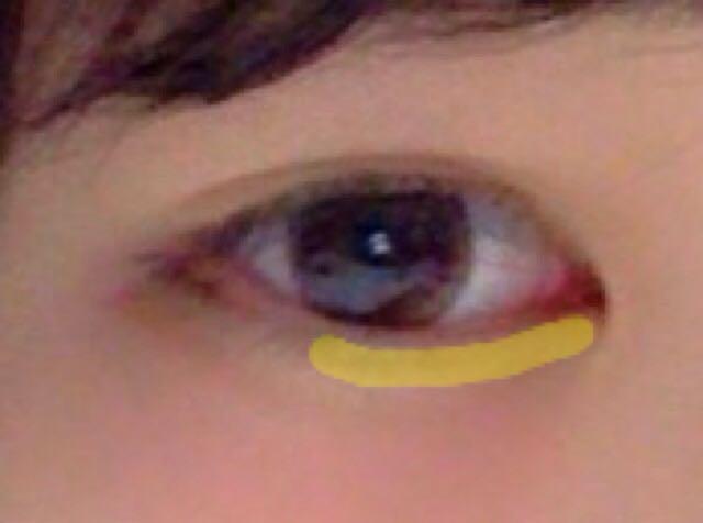 黄色線の部分に白いラメ入りのアイシャドーを塗る