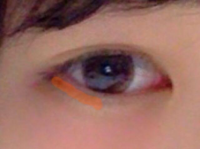 オレンジ線の部分にピンクのアイシャドーを塗る